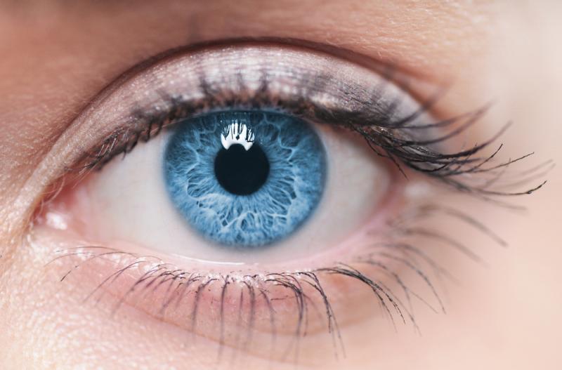 מאחורי עיניים כחולות